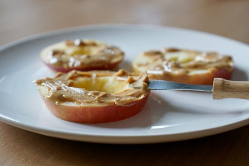 Apfel mit Erdnussbutter