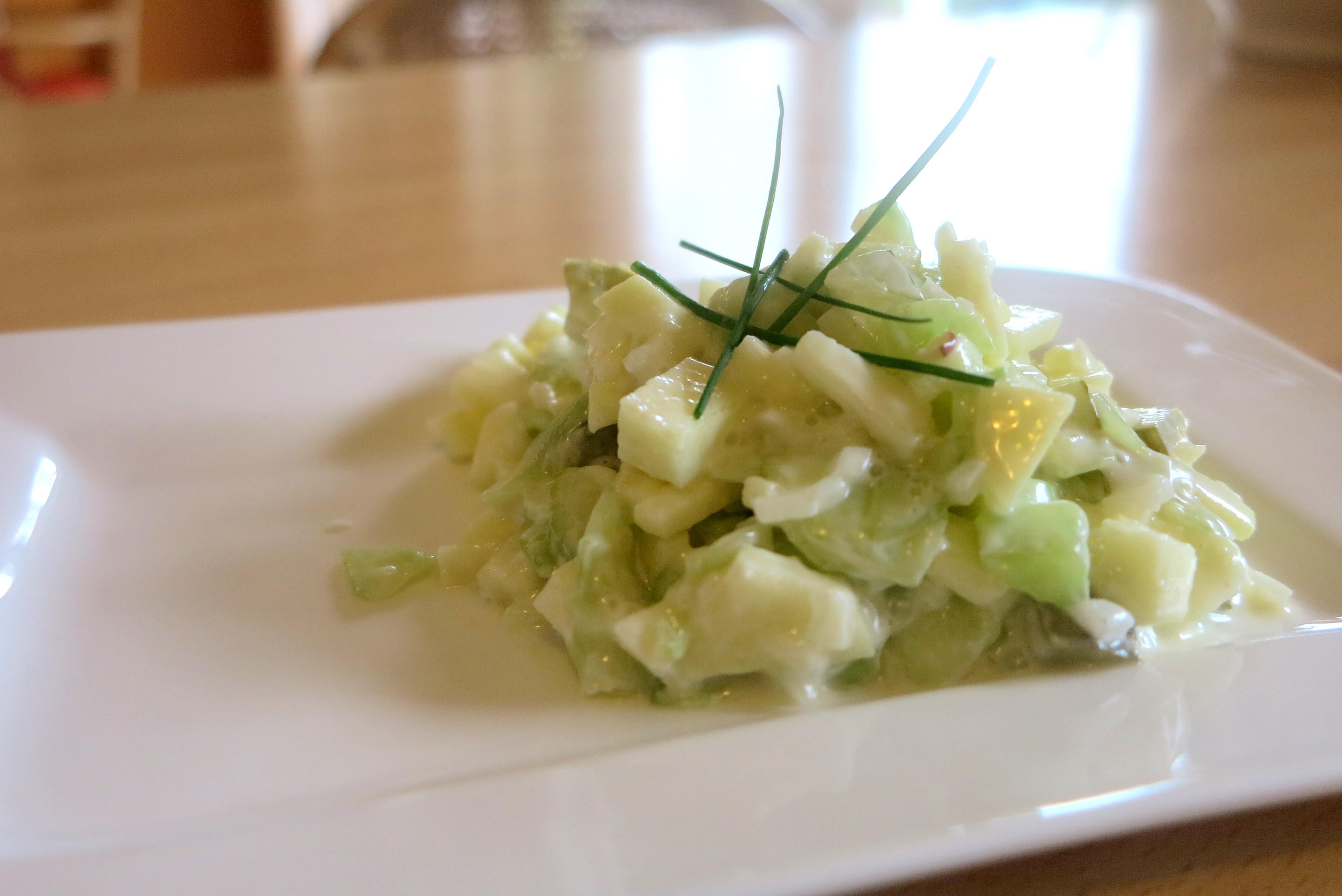 Fruchtiger Low Carb Salat mit Gurken und Äpfel