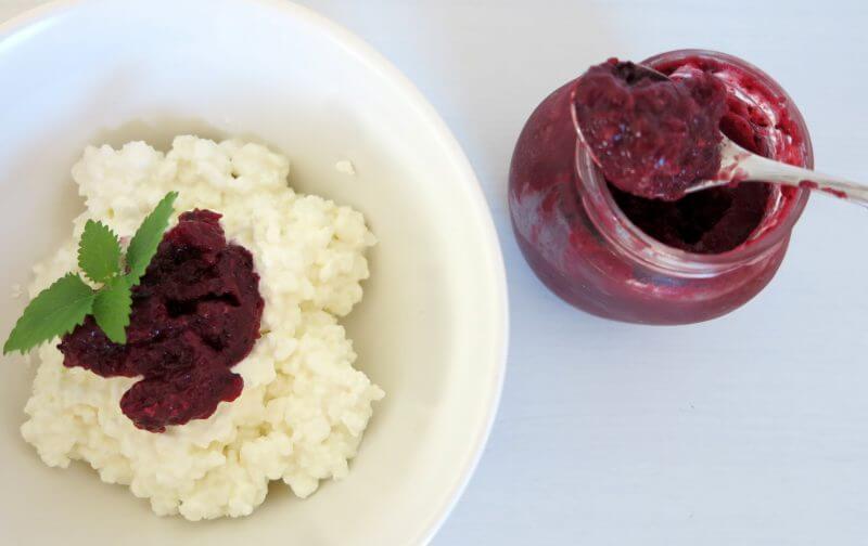Körniger Frischkäse Rezept mit Waldfruchtmarmelade