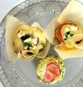 Herzhafte Muffins mit Spinat, Schinkenwürfeln, Tomaten und Fetakäse