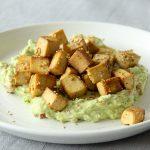 Knusprig gebratener Tofu mit Sesam und cremiger Guacamole
