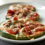 Low Carb Zucchini Pizza Bites mit saftigem Schinken und Käse überbacken