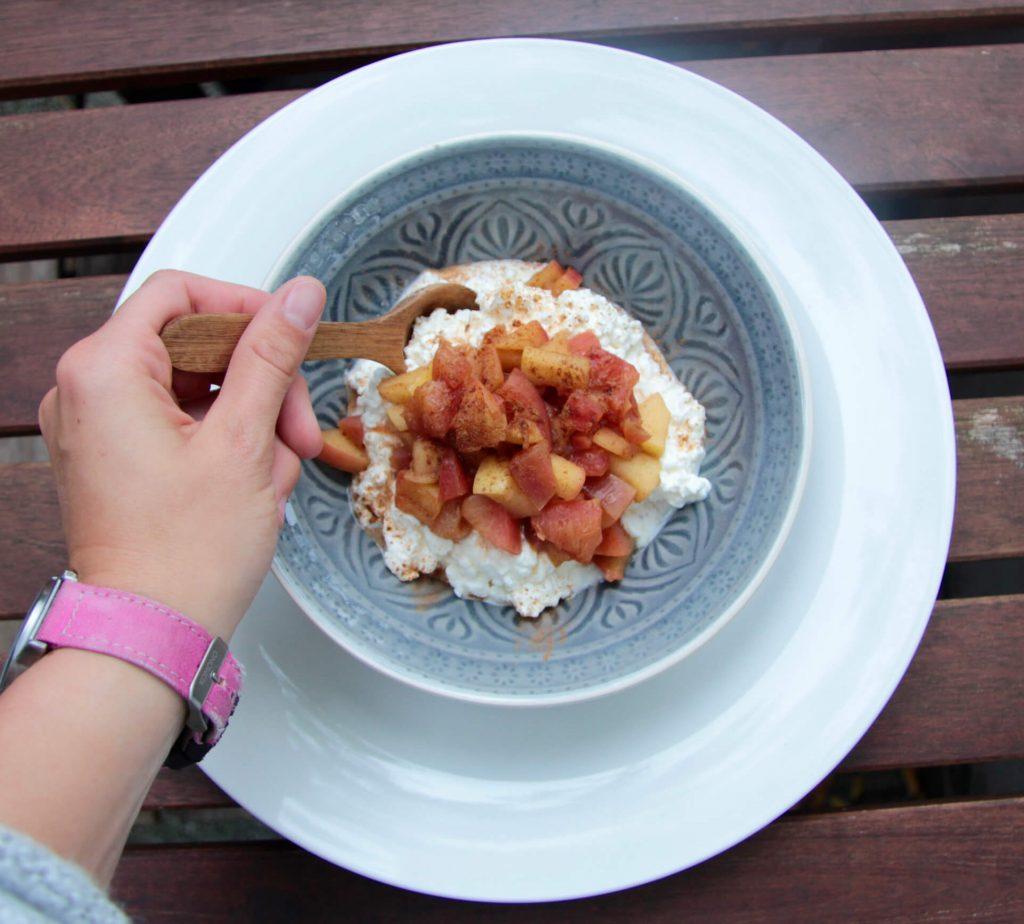 Low Carb Milchreis mit Hüttenkäse und warmen Apfelkompott