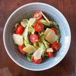 Zucchini Nudeln mit cremigem Pesto und frischen Tomaten