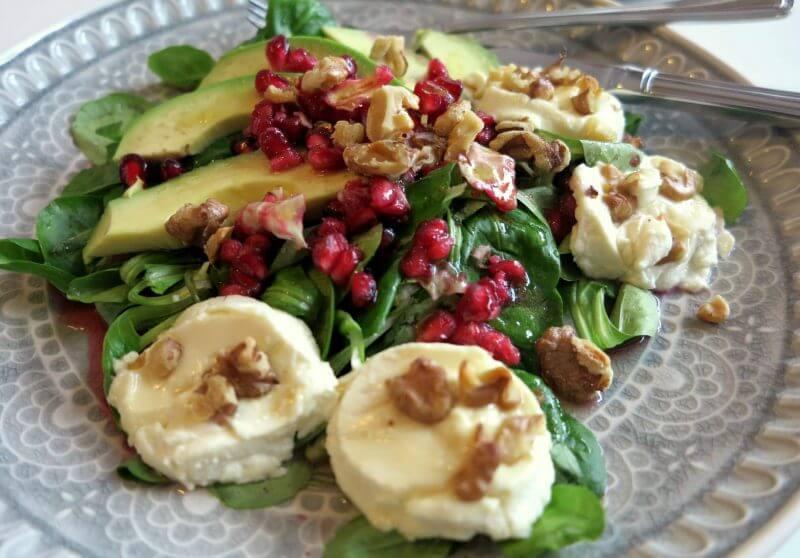 Festlicher Low Carb Salat mit fruchtigen Granatapfelkernen