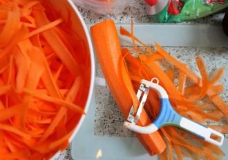 Low Carb Pasta selber machen aus Möhren mit dem Sparschäler