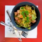 Proteinreiche Low Carb Spitzkohlpfanne mit saftigem Kassler-Lachs