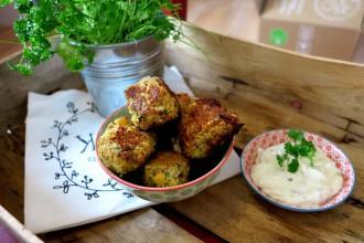 Knusprige Falafel Low Carb aus rohen Kichererbsen mit Sour Cream