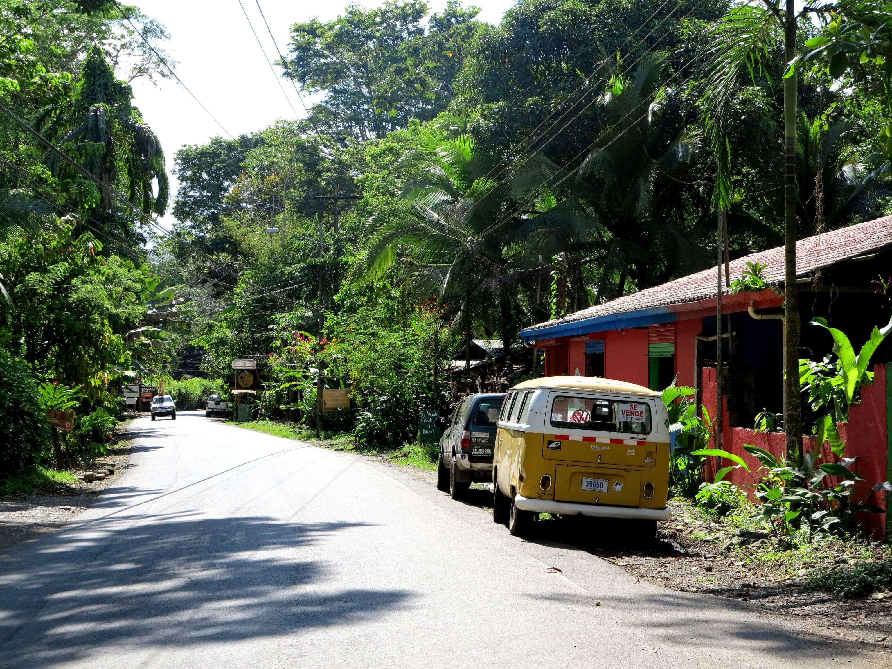 Die Hauptstraße die von Puerto Viejo zu den Stränden führt. Ab durch den Dschungel!