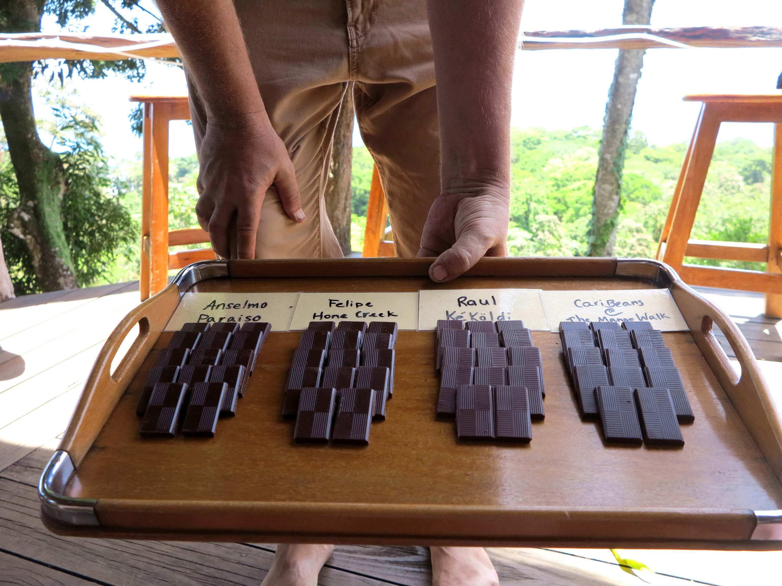 Die selbst hergestellte Schokolade der Kakaofarm