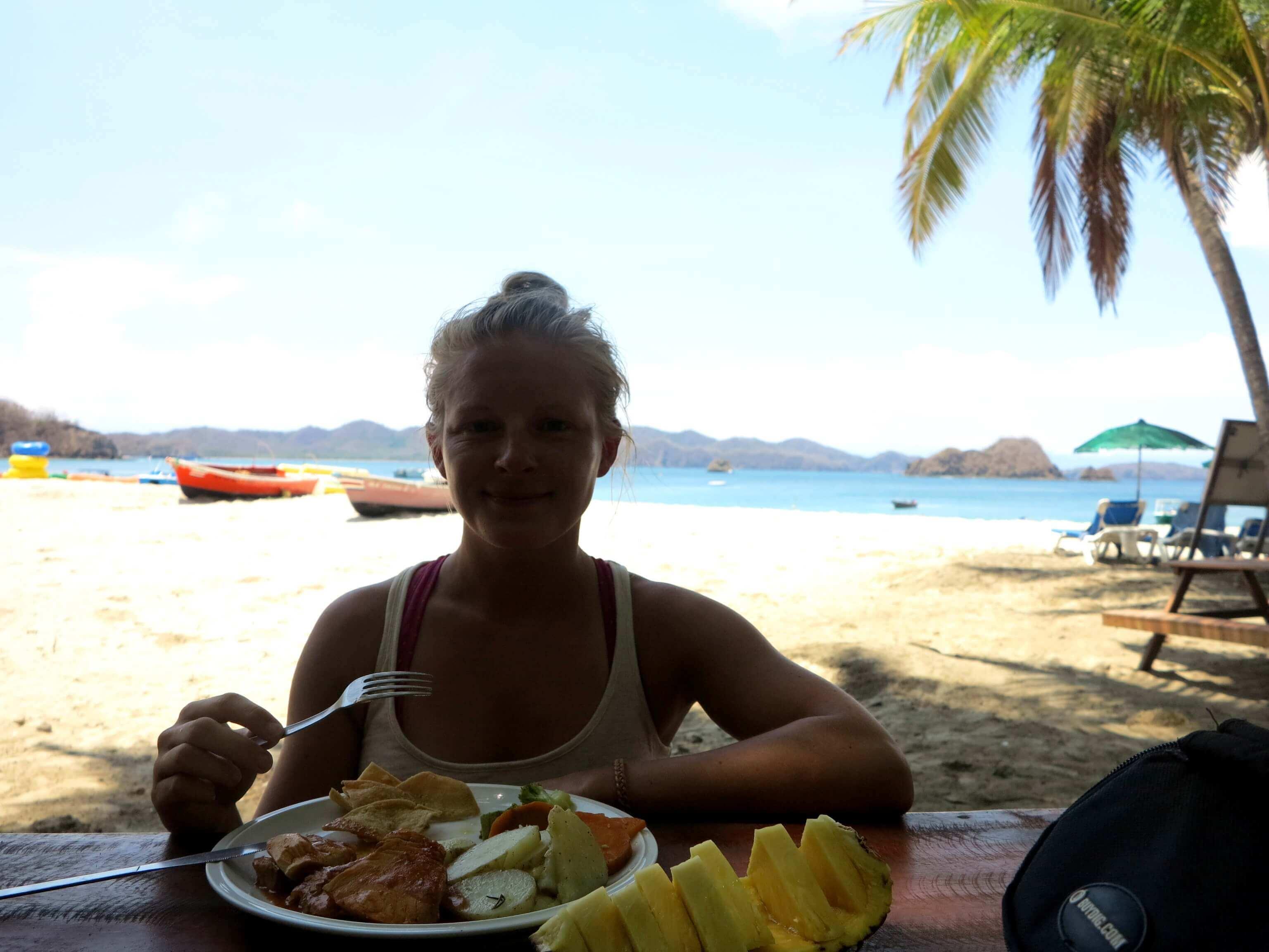 Frische Früchte, Thunfischfilet und knackiges Gemüse zum Lunch