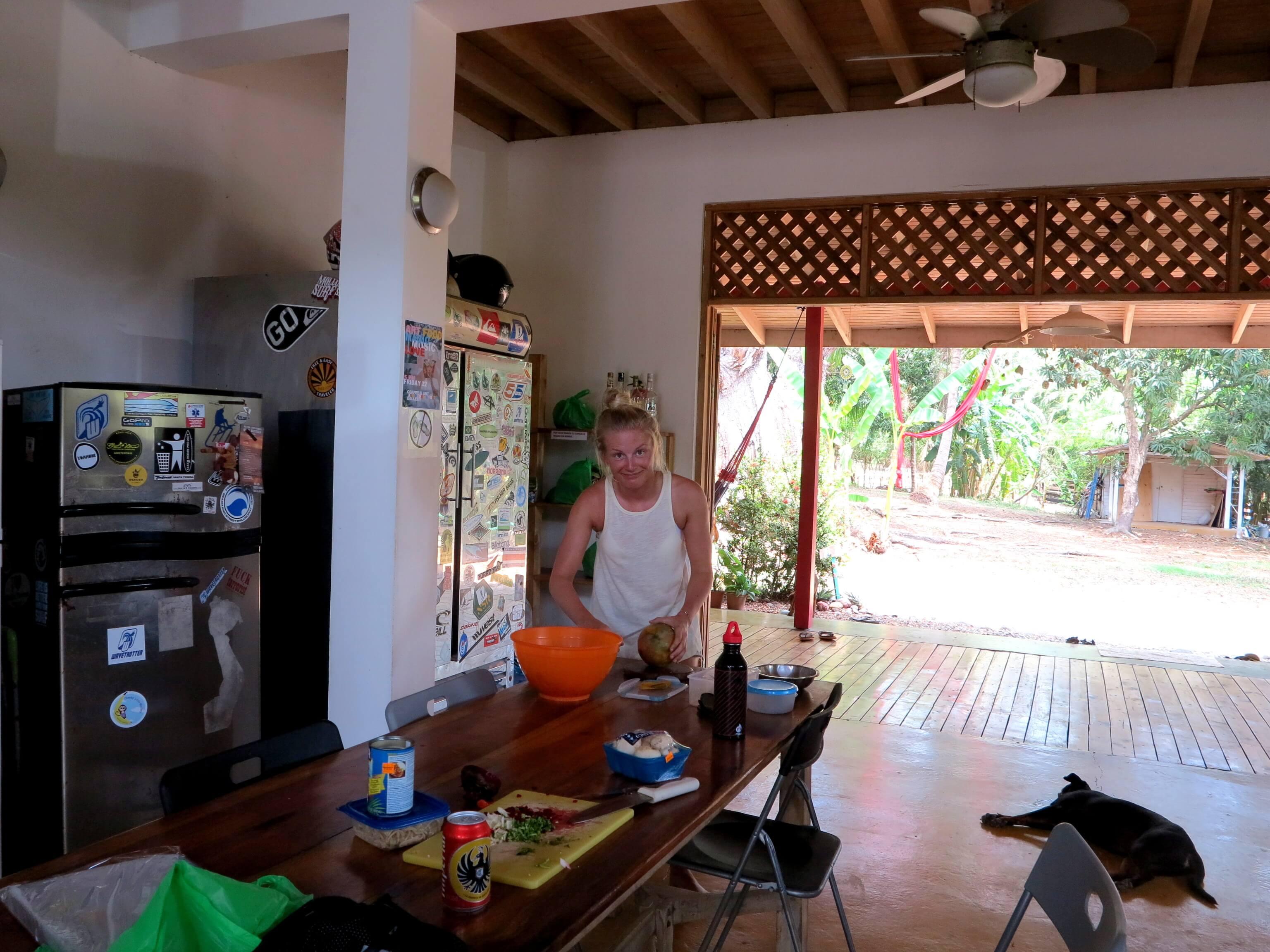 Hier hat jeder seinen Platz zum Kochen - Küche des Hostels Wavetrotters