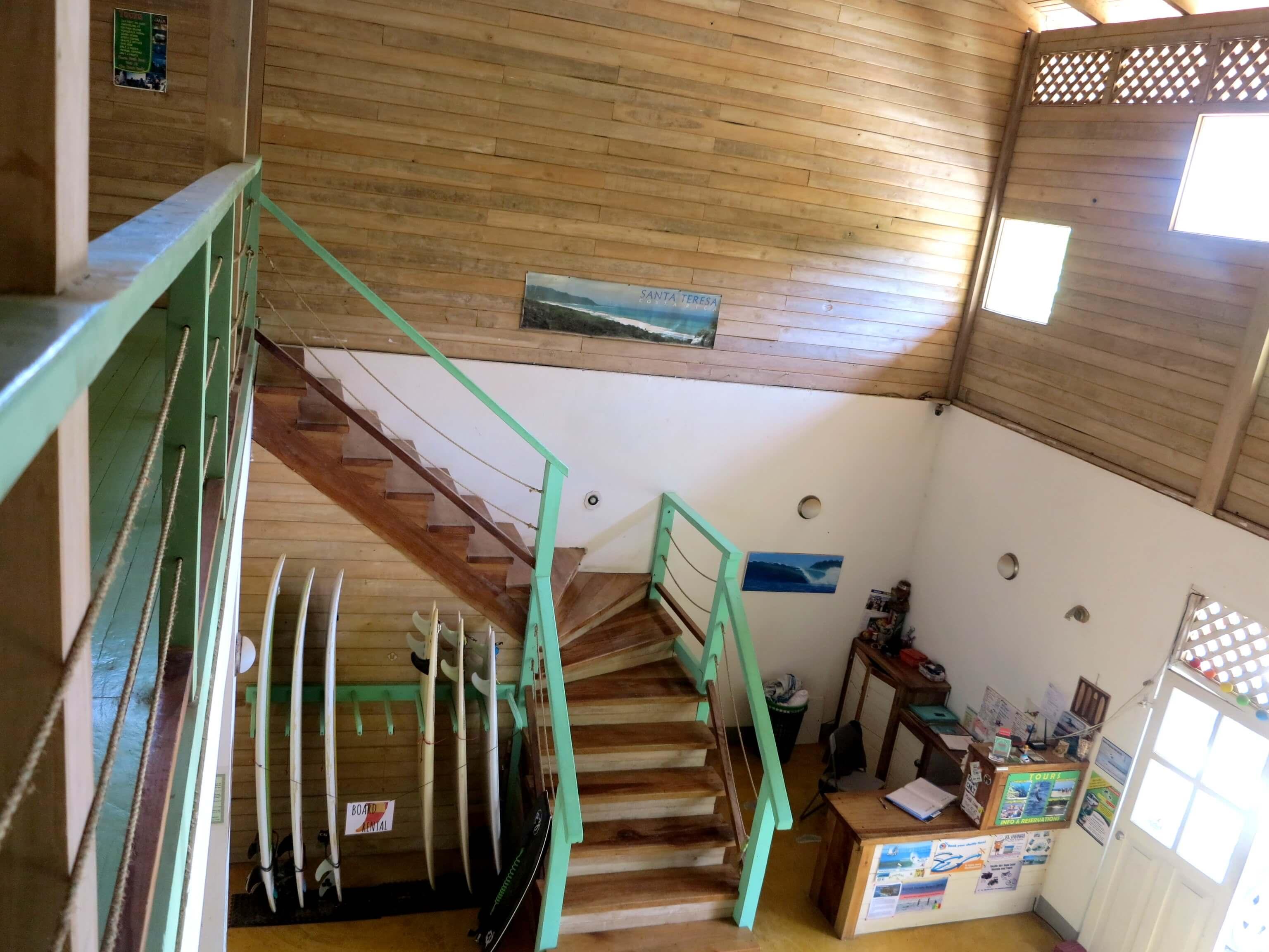 Hostel Wavetrotters sorgt dank viel verarbeitetem Holz für einen ganz besonderen natürlichen Charme