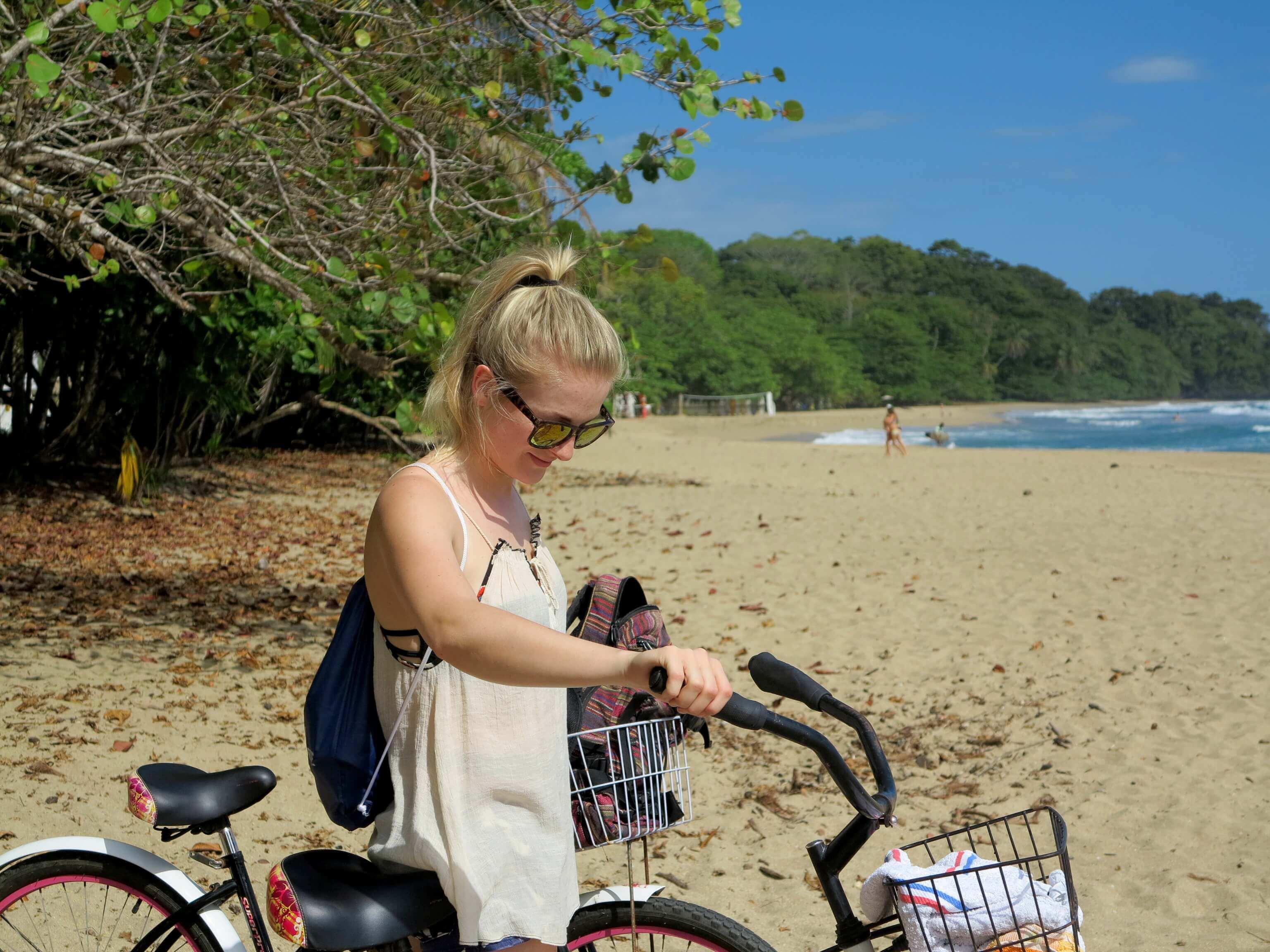 Mit dem Fahrrad lassen sich die Strände rund um Puerto Viejo hervorragend erkunden