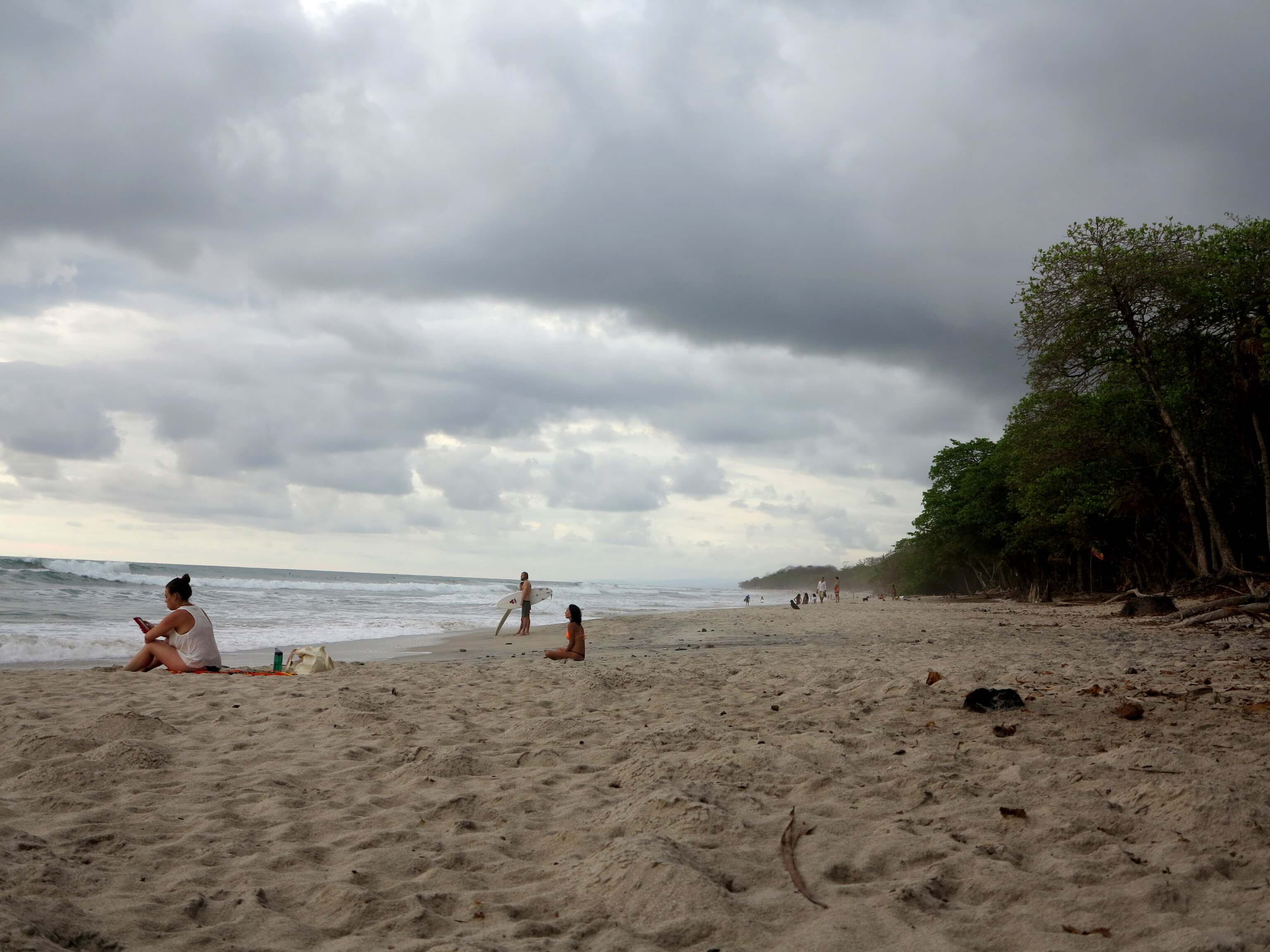 Unendlich langer Strand mit Dschungel in Santa Teresa