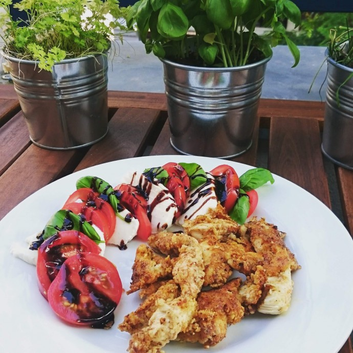Low Carb Chicken Nuggets mit frischem Sommersalat - ganze 71g Proteine pro Portion