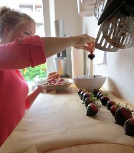 Die Zubereitung der Low Carb Schoko Erdbeeren geht rucki zucki :)