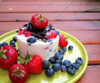 Low Carb Frozen Yogurt aus cremigem Griechischen Joghurt, mit Erdbeeren, Heidelbeeren und leckerer Zartbitterschokolade