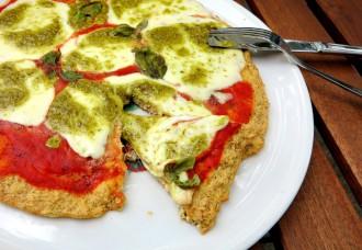 Low Carb Pizzaboden aus Tofu und Eier mit saftigem Mozzarella und Pesto belegt