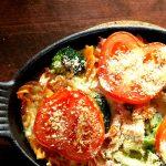 Low Carb Nudelauflauf mit Rote Linsen Pasta mit frischem Gemüse und saftigem Prosciutto Schinken