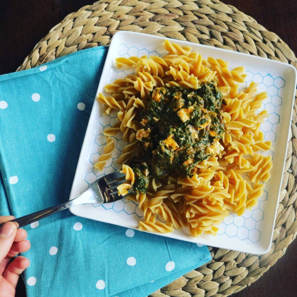 Low Carb Kichererbsen Pasta mit cremiger Spinat-Feta-Soße