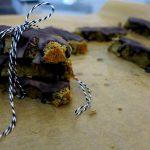 Selbstgemachte Eiweißriegel mit süßen Datteln und knackiger Zartbitterschokolade