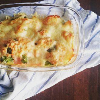 Low Carb Lachs Auflauf mit gesundem Brokkoli, cremiger Ei-Sahne Soße und knusprigem Gratinkäse