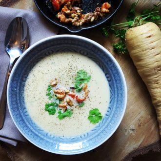 Pastinakensuppe mit Shrimps und Walnüssen ohne Kartoffeln - Low Carb Suppe