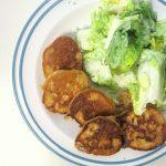 Linsenpuffer mit frischem Blattsalat