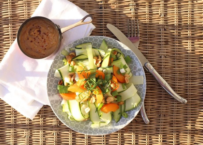 Zucchini Salat roh mit Erdnussdressing - Low Carb Rezept