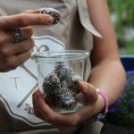 Raw Energy Balls mit Datteln und Chiasamen