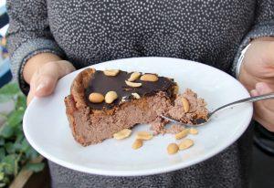 Saftiger Low Carb Schoko Käsekuchen mit knackigem Peanutbutter-Schoko-Topping
