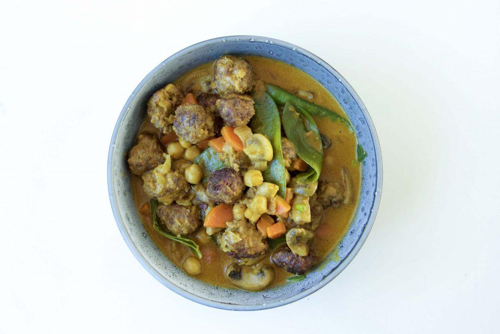 Low Carb Hackbällchen Curry mit frischem Gemüse und Kichererbsen