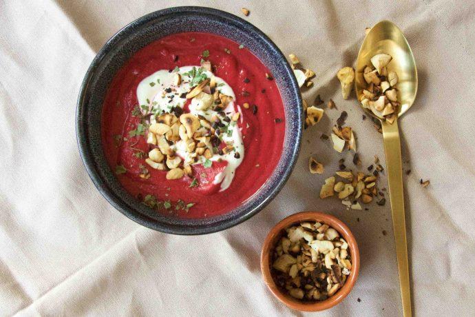Gesunde Rote-Bete-Suppe mit Knollensellerie und gerösteten Cashew Kernen