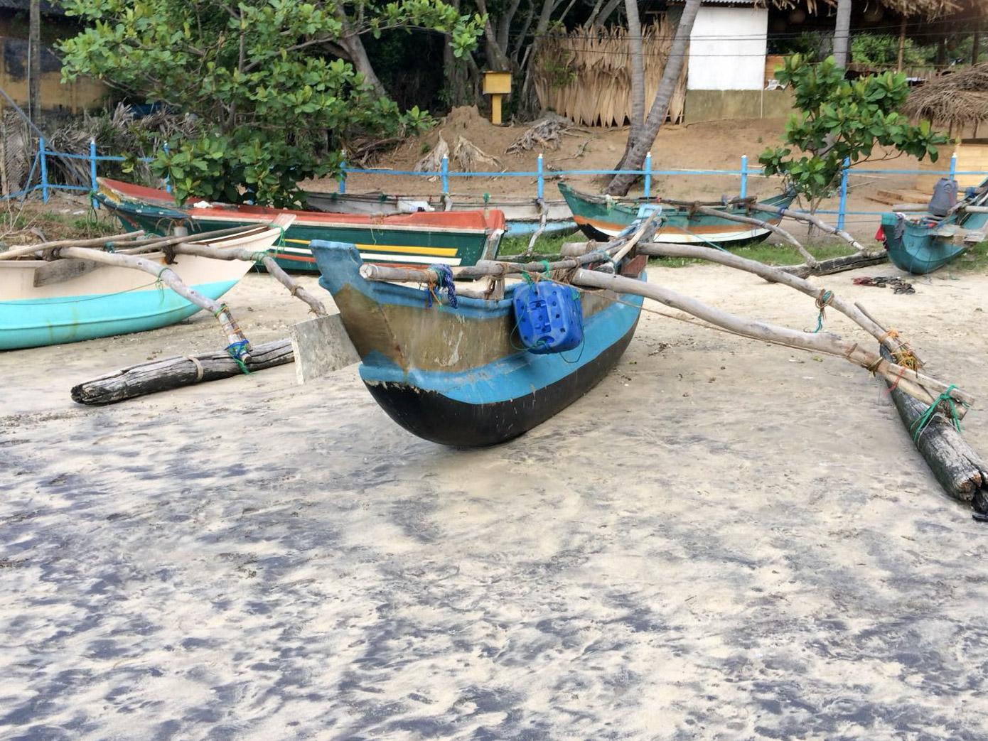 Fischerbote am Strand von Arugam Bay