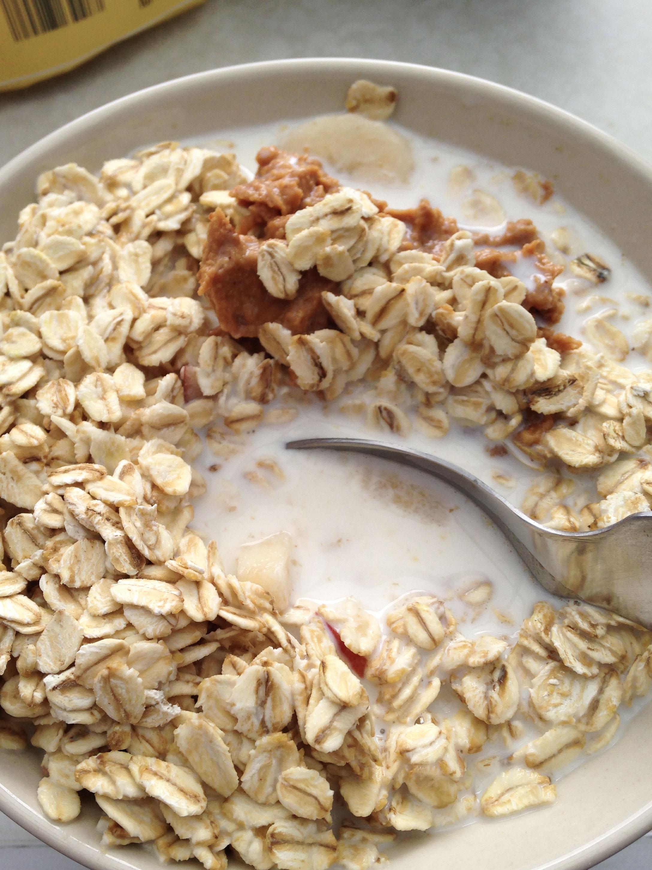 Lieblingsfrühstück beim Campen - Haferflocken mit Banane, Peanutbutter & Milch
