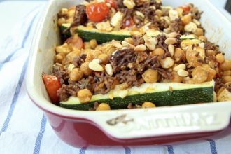 Low Carb gefüllte Zucchini mit Kichererbsen, Hackfleisch & Feta