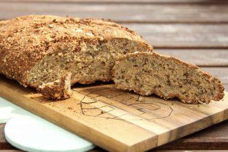 Knuspriges, kohlenhydratarmes Brot mit Mandelmehl und Sonnenblumenkernen