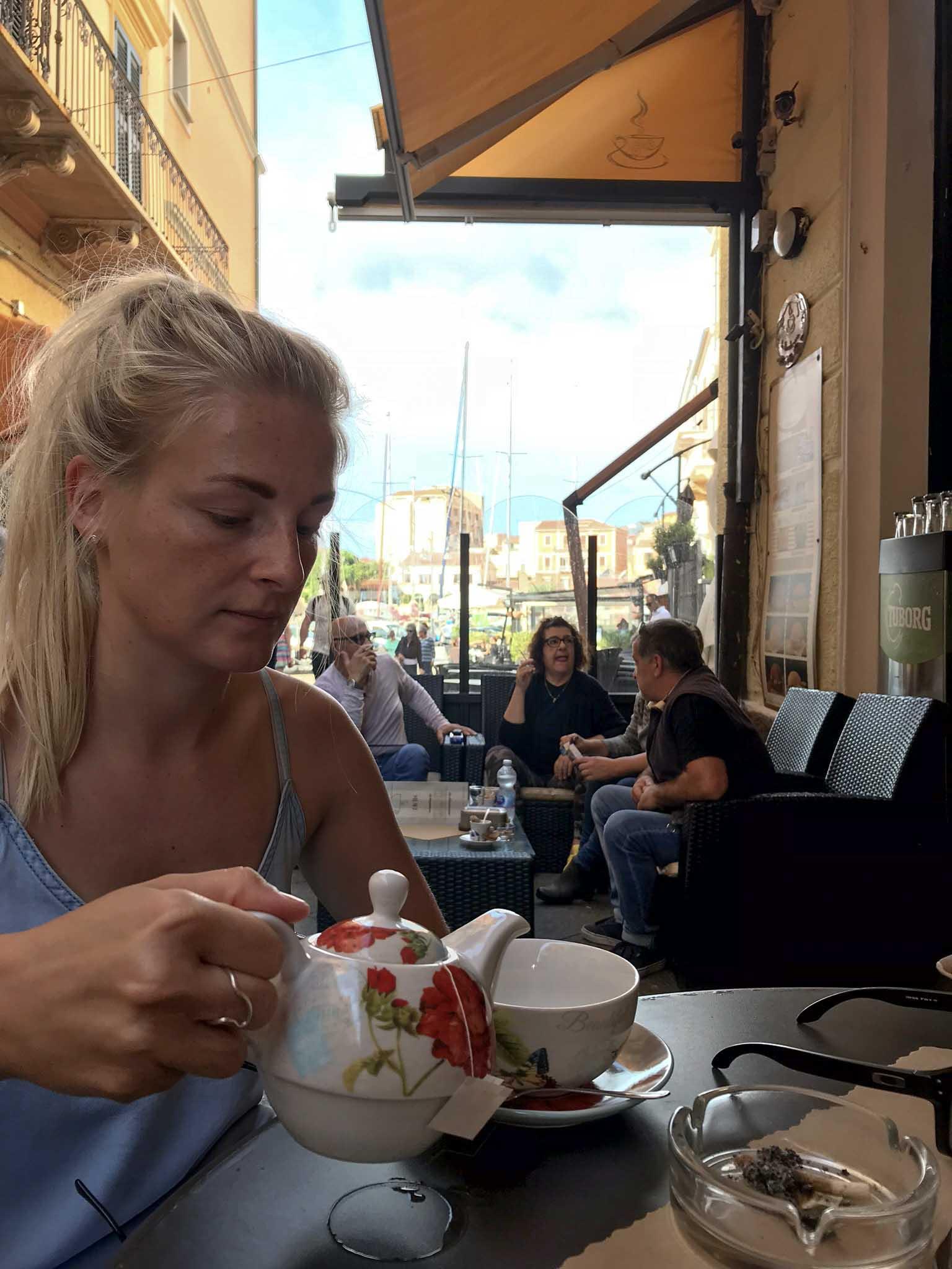Traditionell italienische Cafés auf der Insel La Maddalena