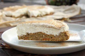 Nussiger Low Carb Kürbiskuchen mit cremigem Frosting aus Frischkäse, Sahne und Quark