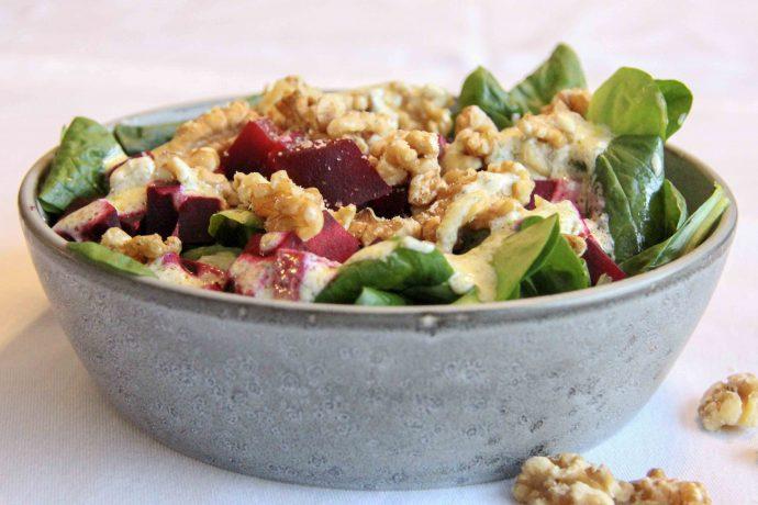 Low Carb Rote Bete Salat mit knackigen Walnüssen und cremigem Low Carb Dressing