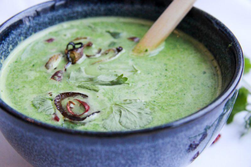 Grüne Suppe mit Kokosmilch, Koriander, frischem Spinat & Erbsen