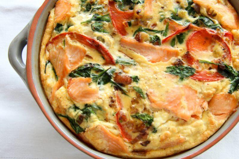 Gesunde Lachs-Spinat-Frittata mit roter Paprika im Ofen gebacken