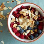 Cremiges Power Porridge mit Quinoa, frischen Beeren & gerösteten Nüssen