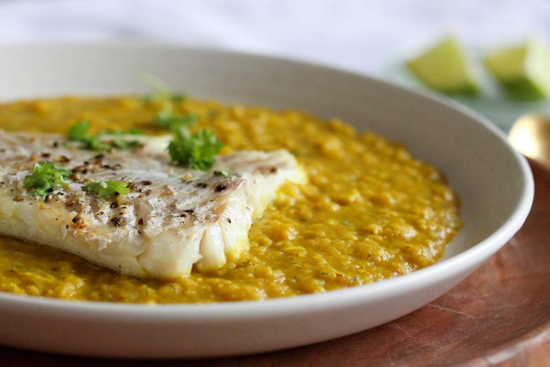 Indisches Dhal mit saftigem, weißen Fisch