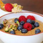 Gesundes Porridge mit Hirse, Pistazien und Beeren