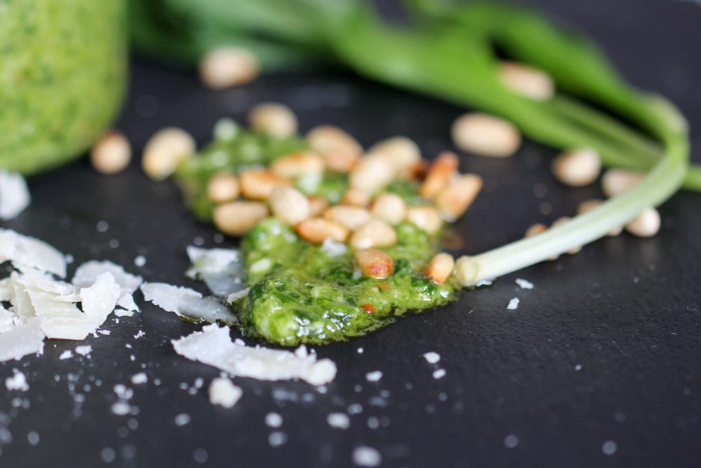 Einfaches Bärlauchpesto Rezept mit Parmesan und Pinienkernen