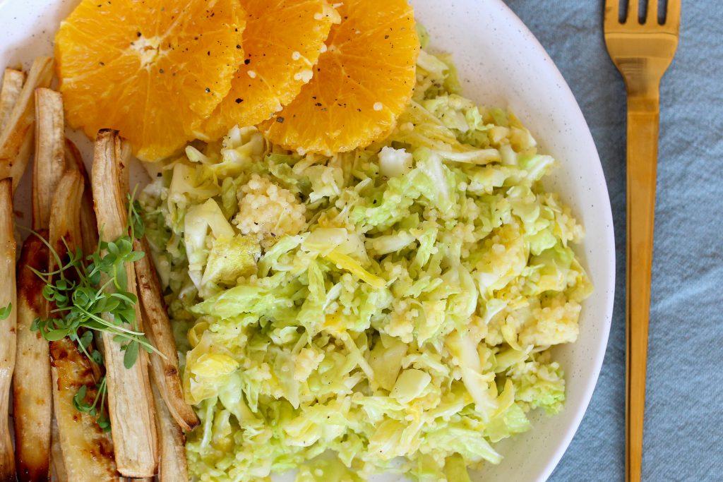 Gesunder Wirsingsalat mit Pastinakenpommes