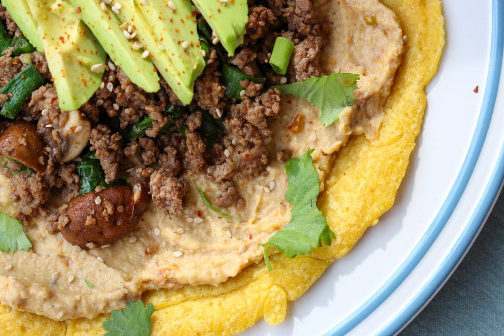 Kichererbsen Pfannkuchen mit pikantem Hackfleisch-Champignon Topping
