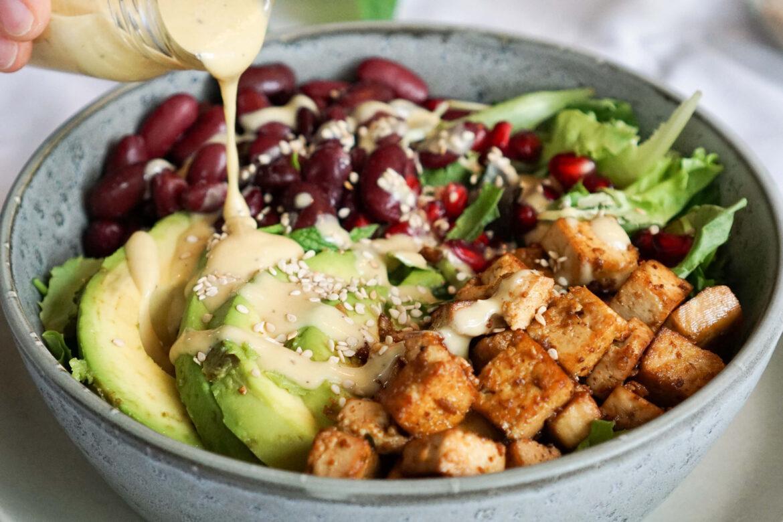 Koriander Salat mit krossem Tofu & cremigem Tahin Dressing
